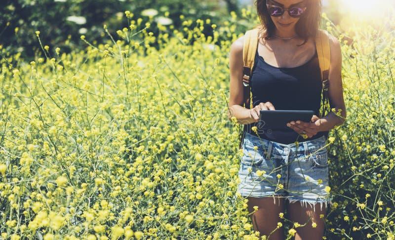 Сообщение отправке SMS хипстера на планшете, модель-макете пустого пустого экрана Путешественник девушки используя устройство на  стоковая фотография rf