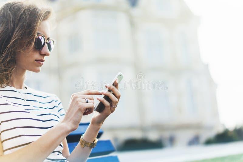 Сообщение отправке SMS хипстера на смартфоне или технология, модель-макет пустого экрана Девушка используя мобильный телефон на с стоковая фотография