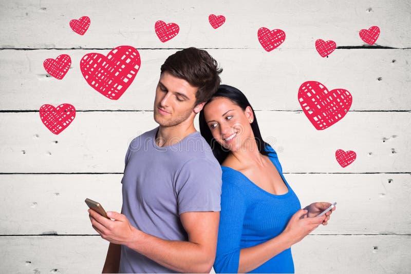 Сообщение романтичных пар отправляя СМС против красных сердец на деревянной панели стоковое фото