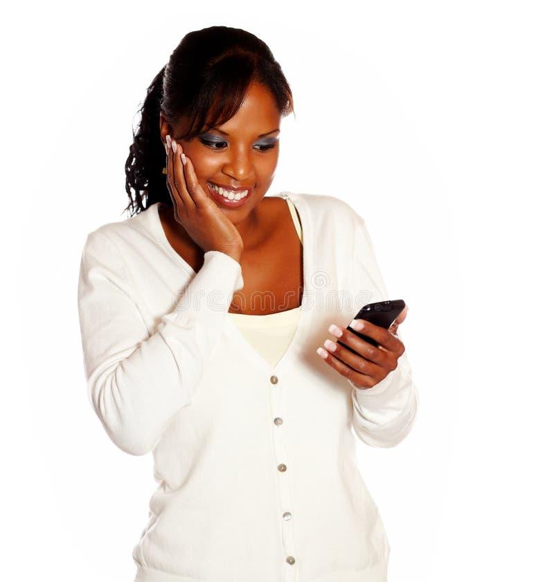 Сообщение чтения взрослой женщины на мобильном телефоне стоковая фотография
