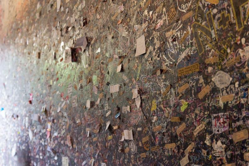 Сообщения влюбленности желают стену в доме Juliet, Вероне, Италии стоковое фото rf