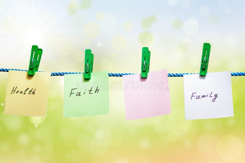 Сообщения написанные на листах бумаги на зеленой предпосылке стоковая фотография
