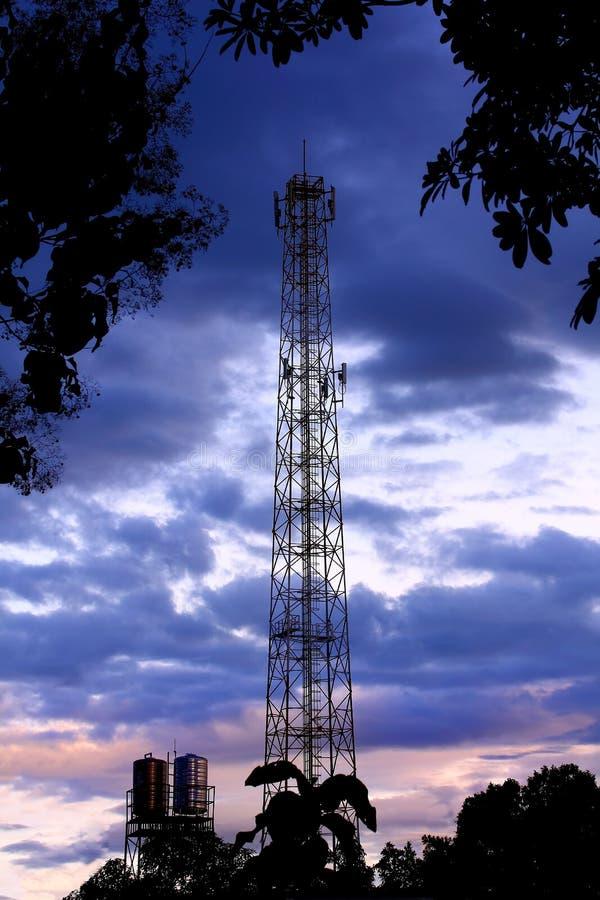 Сообщения, радиосвязь, клетчатая башня с антеннами или cellsite телефона сети 3G 4G стоковое изображение rf
