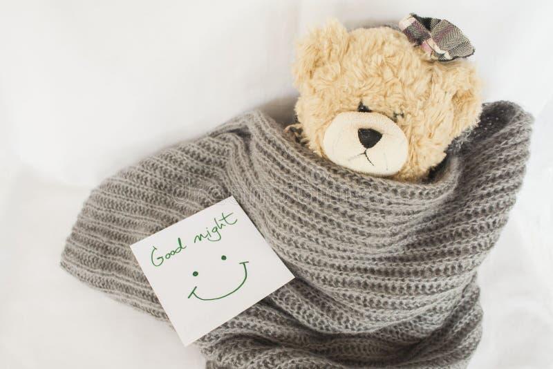 Сообщения чешут и плюшевый медвежонок стоковые изображения