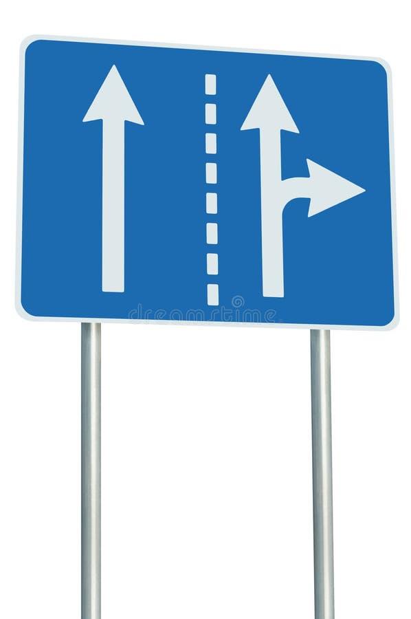 Соотвествующие майны движения на соединении перекрестков, правоповоротном выходе вперед, изолированный голубой дорожный знак, бел стоковая фотография