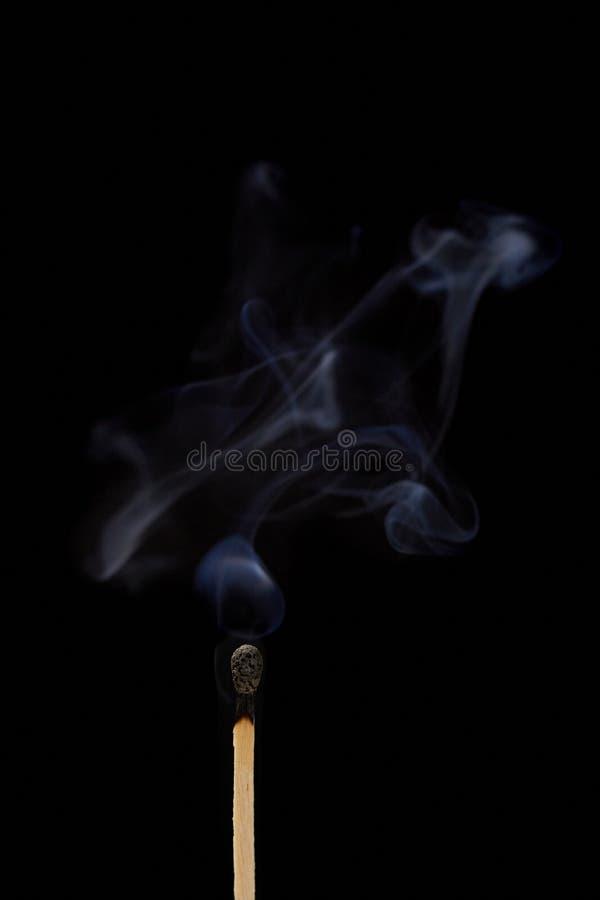 Соответствуйте на черной предпосылке с дымом стоковое изображение rf