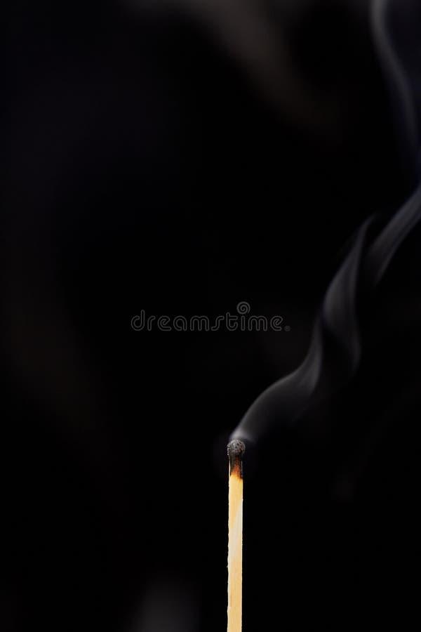Соответствуйте на черной предпосылке с дымом стоковые изображения