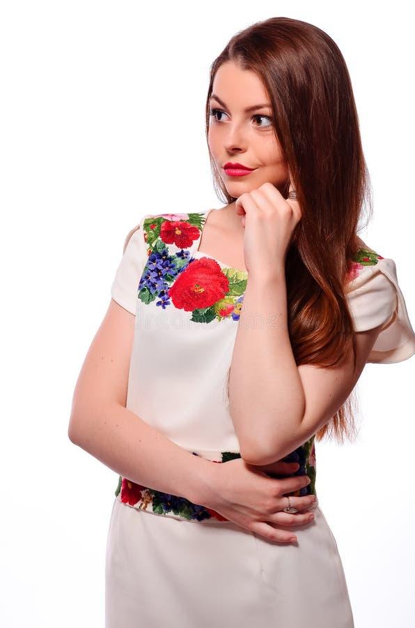 Соотечественник украинской девушки нося вышил рубашке изолированной на белизне стоковое изображение