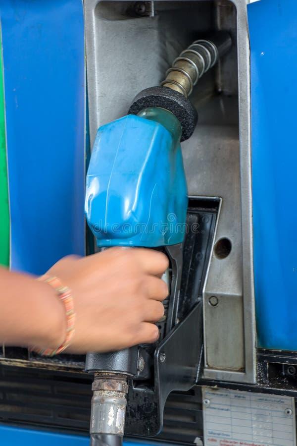 Сопло газового насоса удерживания руки стоковые фото