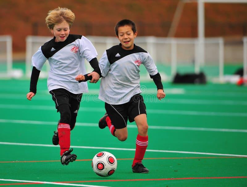сопрягает молодость команды футбола стоковое фото rf