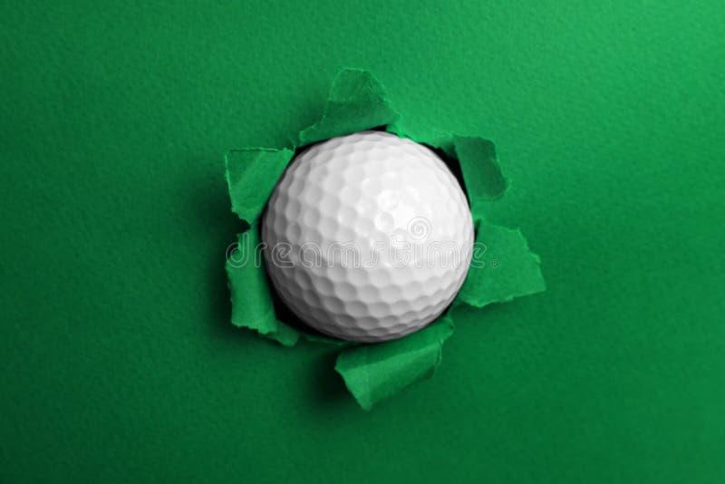Сорванная бумага цвета с шаром для игры в гольф стоковое фото rf