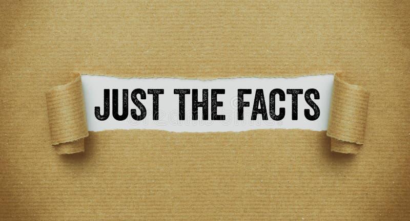 Сорванная коричневая бумага показывая слова как раз факты стоковая фотография rf