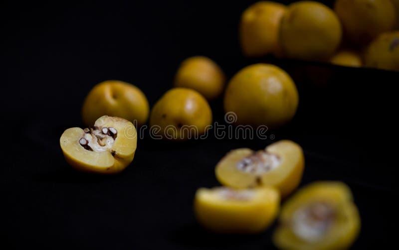 Сорванные желтые плодоовощи Chaenomeles айвы на темной предпосылке стоковое фото rf
