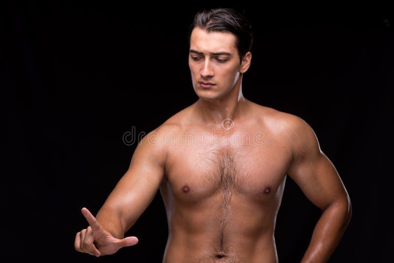 Сорванный мышечный человек отжимая виртуальные кнопки стоковые фото