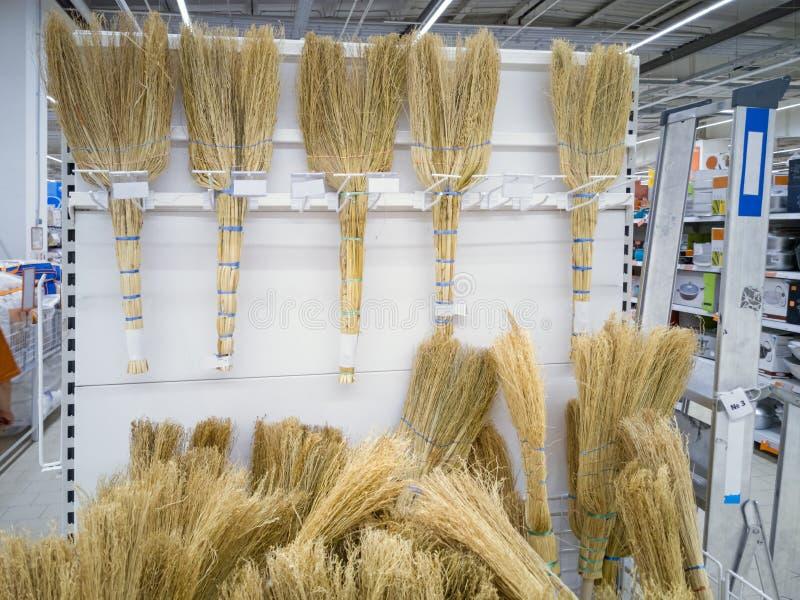 Сорго веников в магазине стоковая фотография rf