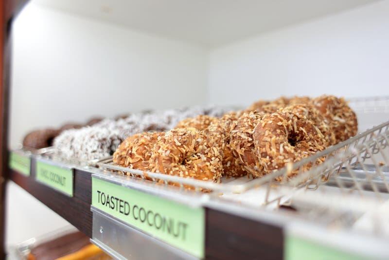 Сортировал свежие donuts на стеллажах для выставки товаров стоковые фото