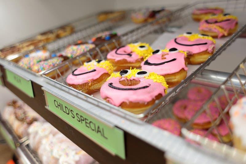 Сортировал свежие donuts на стеллажах для выставки товаров стоковая фотография