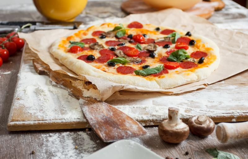 Сортированная пицца с различными завалками служила на деревянном столе с ингридиентами стоковая фотография rf