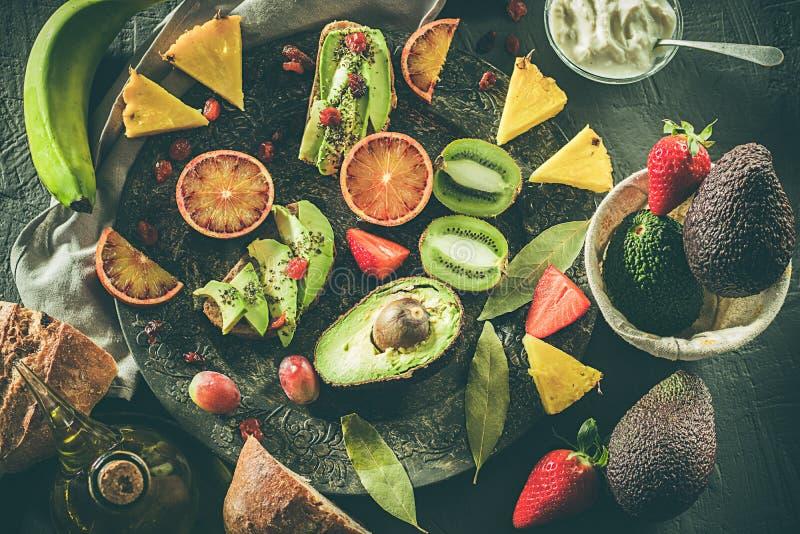 сортированная плита плодоовощей Авокадоы, апельсины крови, кивиы, ананас и клубники стоковые изображения