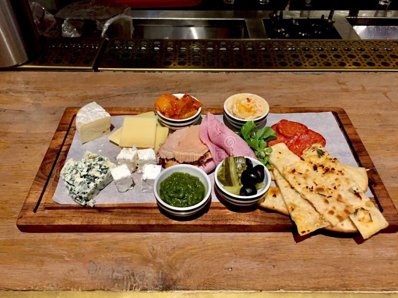 Сортированное блюдо сыров на деревянном подносе стоковая фотография rf