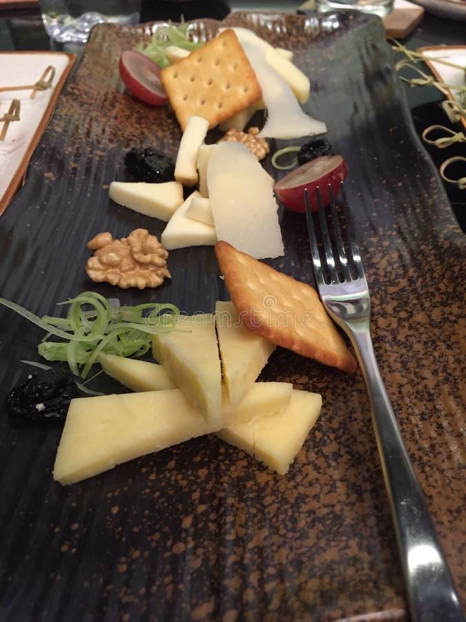 Сортированное блюдо сыров на деревянном подносе стоковые фотографии rf