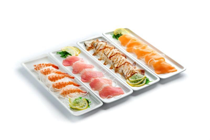 Сортированные блюда японской кухни на плитах на изолированной белой предпосылке стоковое фото