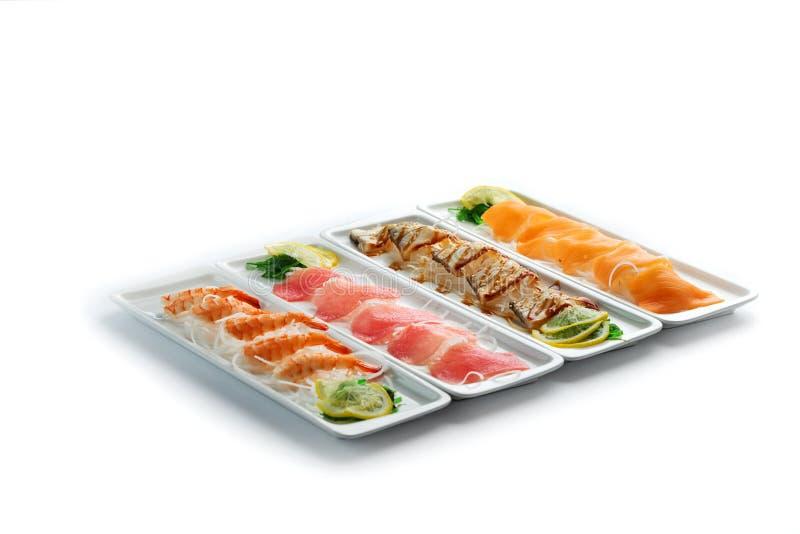 Сортированные блюда японской кухни на плитах на изолированной белой предпосылке стоковые изображения