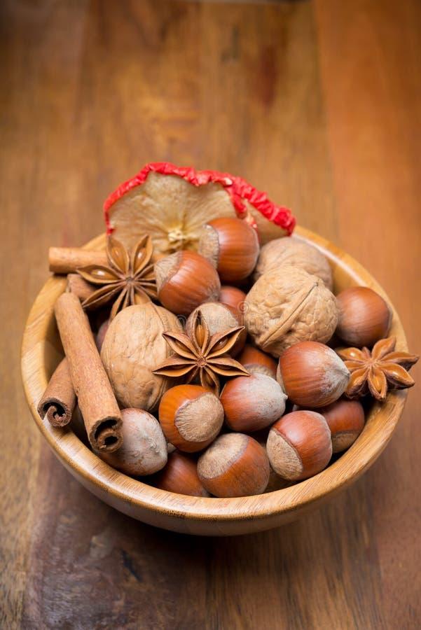 Сортированные гайки и специи в деревянном шаре, вертикальном стоковое изображение