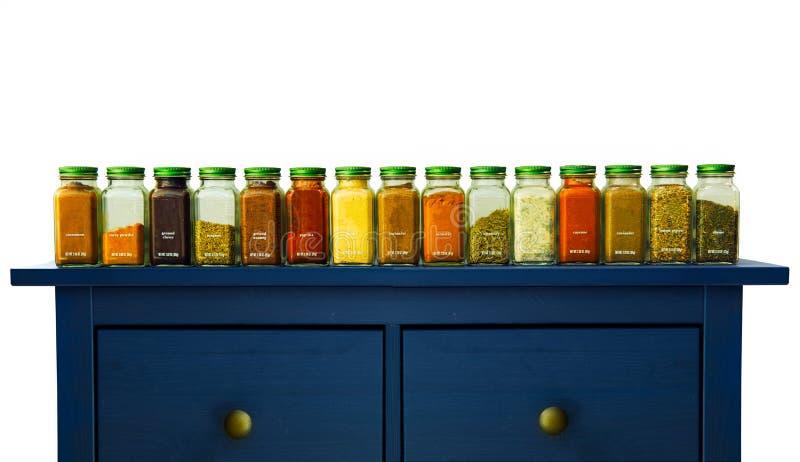 Сортированные земные специи в бутылках на древесине, стоковые фотографии rf