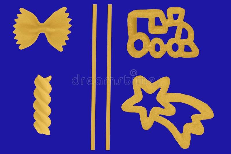 Сортированные макаронные изделия снятые на голубой предпосылке стоковая фотография
