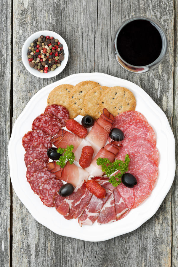 Сортированные мяс гастронома и бокал вина, взгляд сверху стоковые изображения