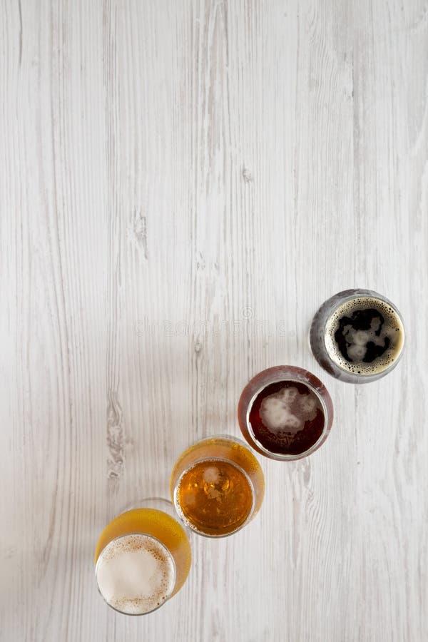 Сортированные пив на белой деревянной предпосылке, взгляде сверху r r стоковые фотографии rf