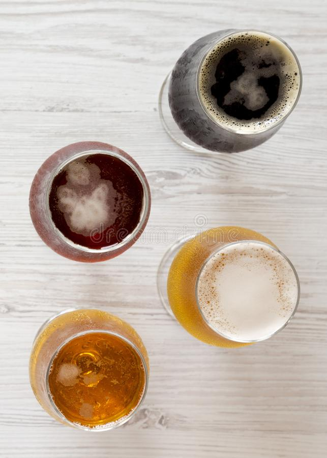 Сортированные пив на белой деревянной предпосылке, взгляде сверху r : стоковая фотография