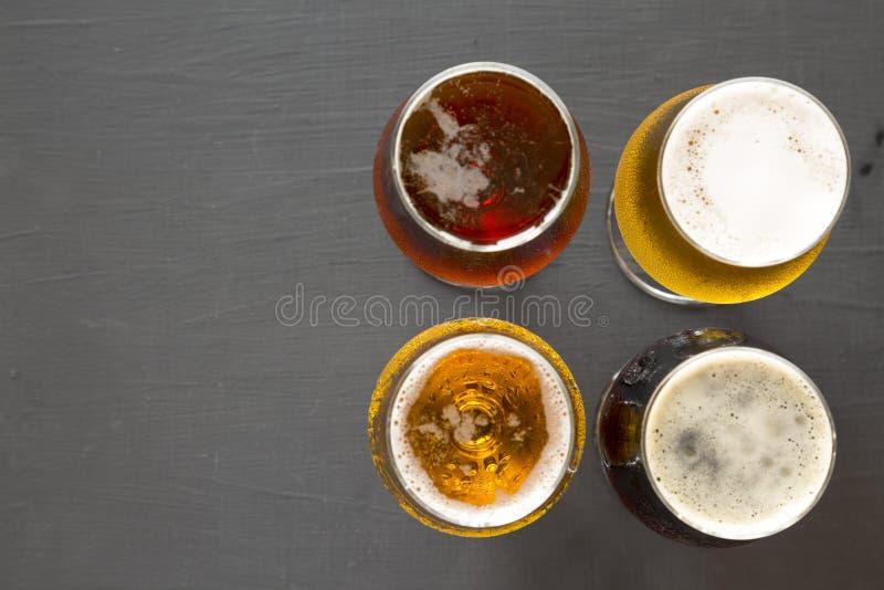 Сортированные пив на черной поверхности, взгляде сверху r r стоковые изображения