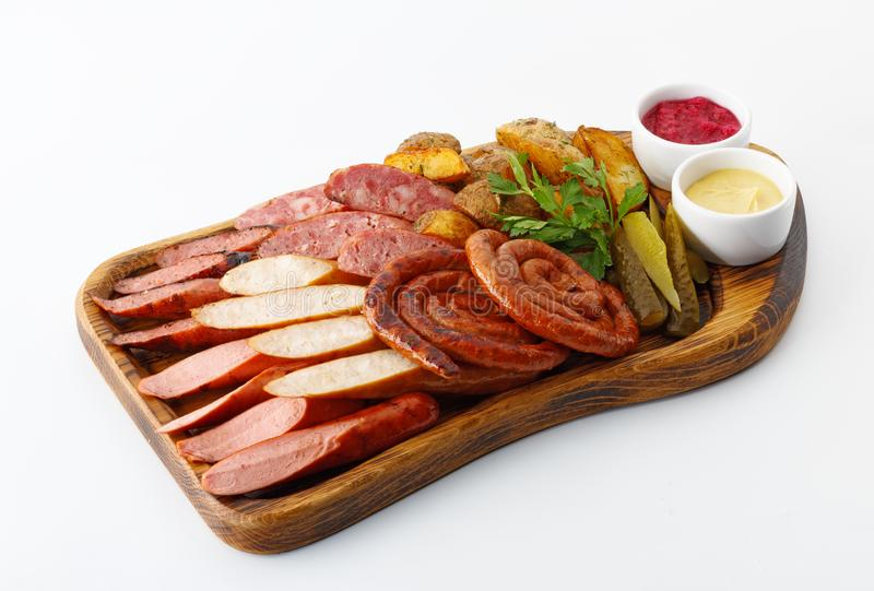 Сортированные сосиски и мясо с овощами с мустардом и ketc стоковые изображения rf