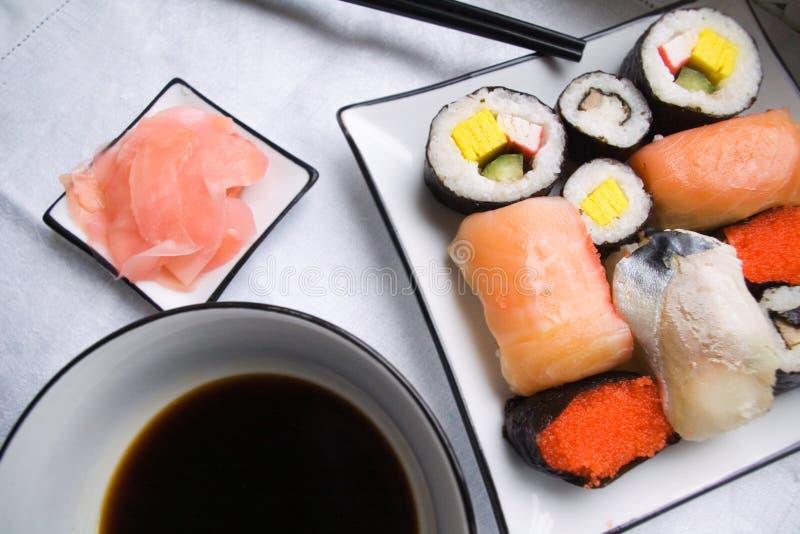 Сортированные суши на плите стоковые изображения