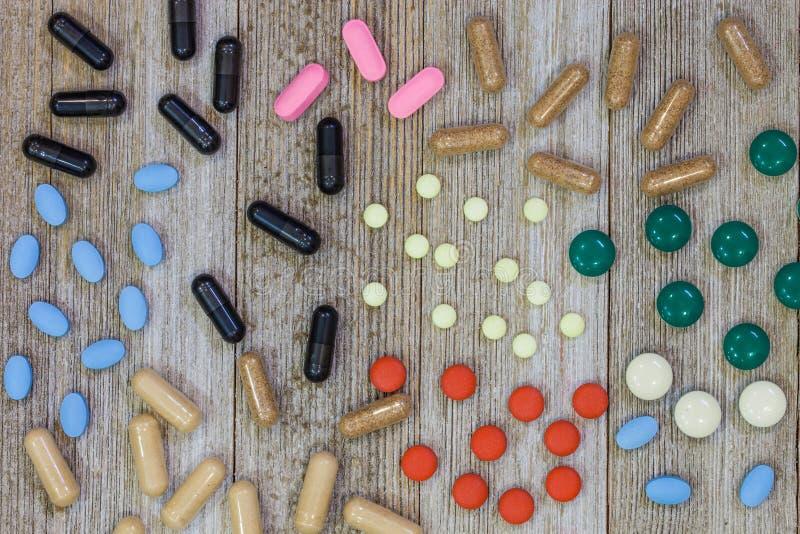Сортированные фармацевтические пилюльки медицины, таблетки и ove капсул стоковое изображение rf