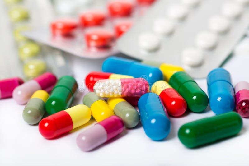 Сортированные фармацевтические пилюльки, таблетки и капсулы медицины над черной предпосылкой стоковая фотография rf