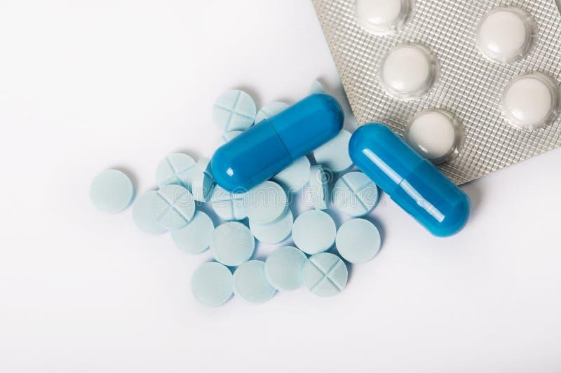 Сортированные фармацевтические пилюльки, таблетки и капсулы медицины над черной предпосылкой стоковые изображения rf