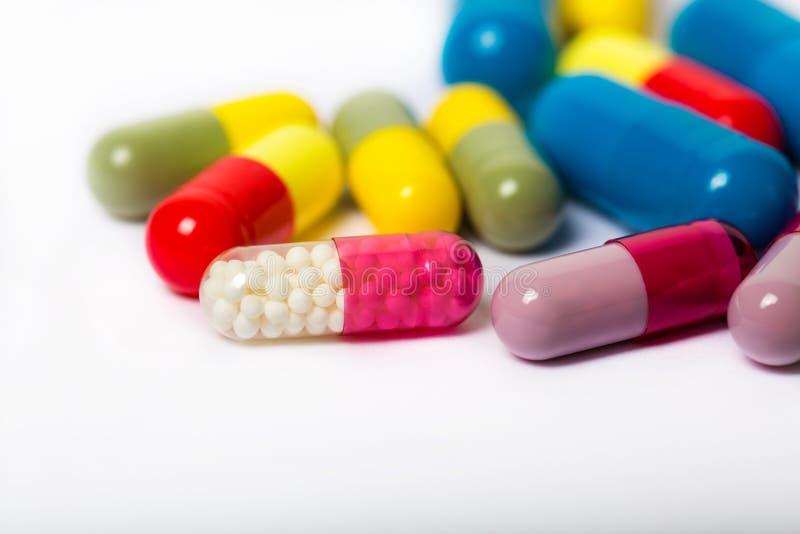 Сортированные фармацевтические пилюльки, таблетки и капсулы медицины над черной предпосылкой стоковое фото rf