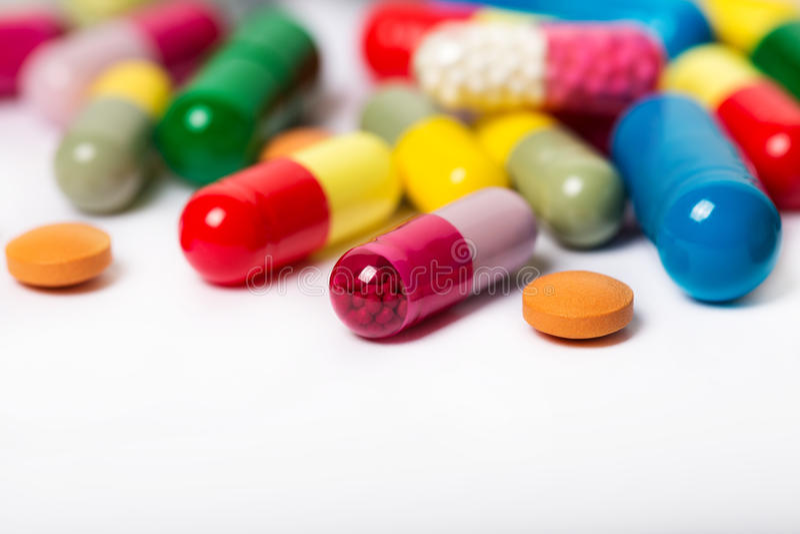 Сортированные фармацевтические пилюльки, таблетки и капсулы медицины над черной предпосылкой стоковые фото