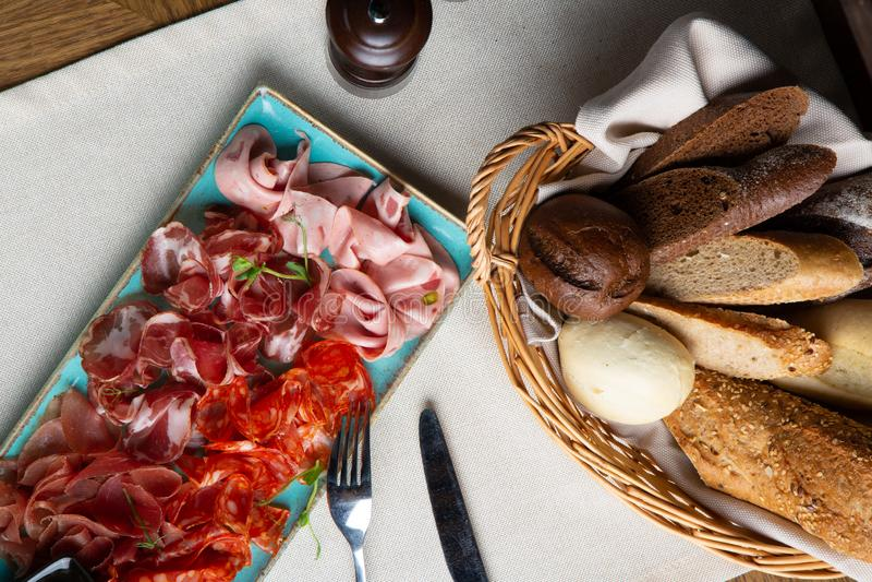 Сортированные холодное мясо, ветчина, куски ветчина, отрывистое говядины, салями, мясо и мустард на черной предпосылке Закуска мя стоковые изображения rf