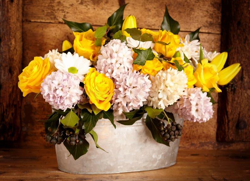 Сортированные цветки в старом баке металла стоковые изображения rf