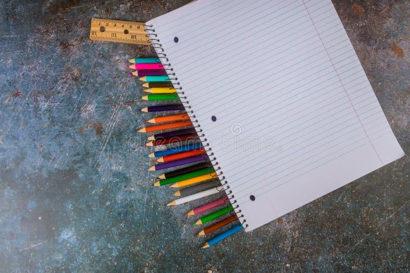 Сортированные школьные принадлежности с карандаши, правитель, тетрадь стоковое фото