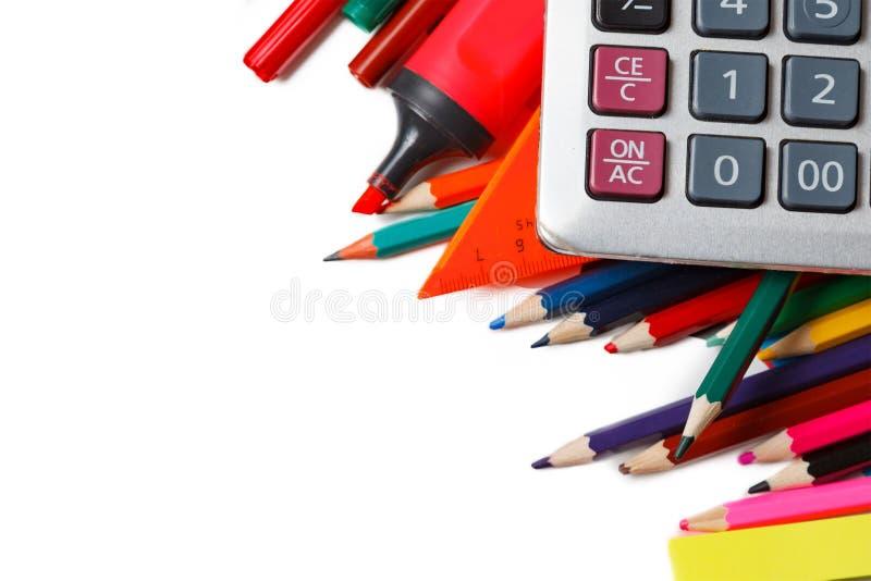 Сортированные школьные принадлежности, включая ручки, карандаши, ножницы, клей и правителя, на белой предпосылке стоковое фото rf