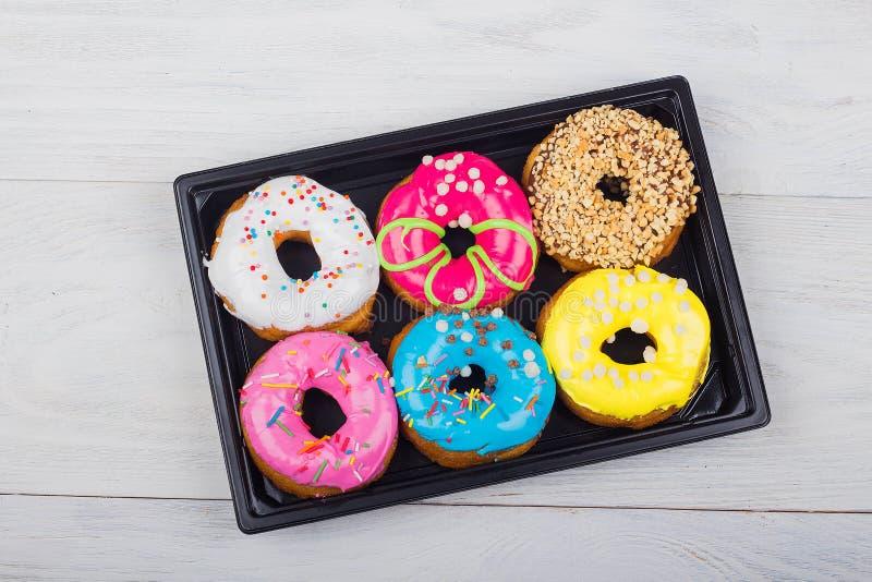 сортированные donuts с различными завалками в коробке стоковая фотография