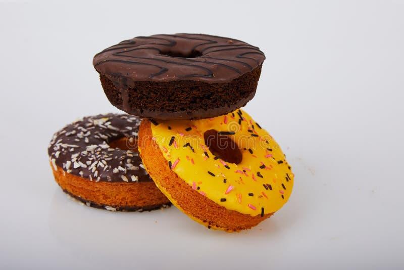 Сортированные donuts с шоколадом заморозили, желтый застеклять и брызгают donuts стоковая фотография rf