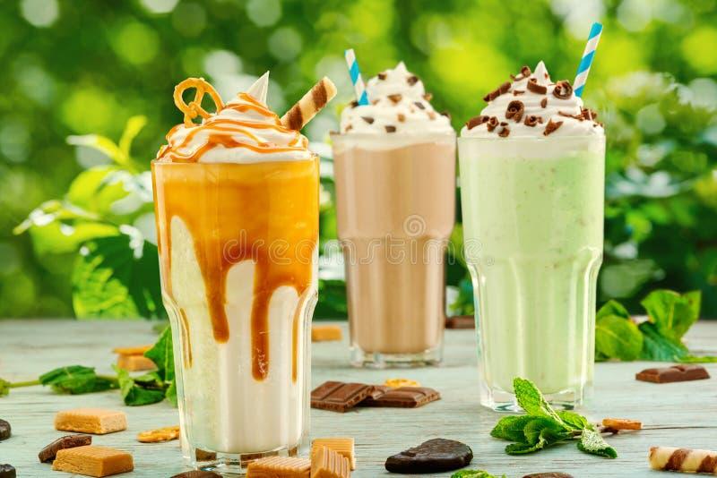 Сортированные milkshakes на террасе ресторана стоковое фото rf