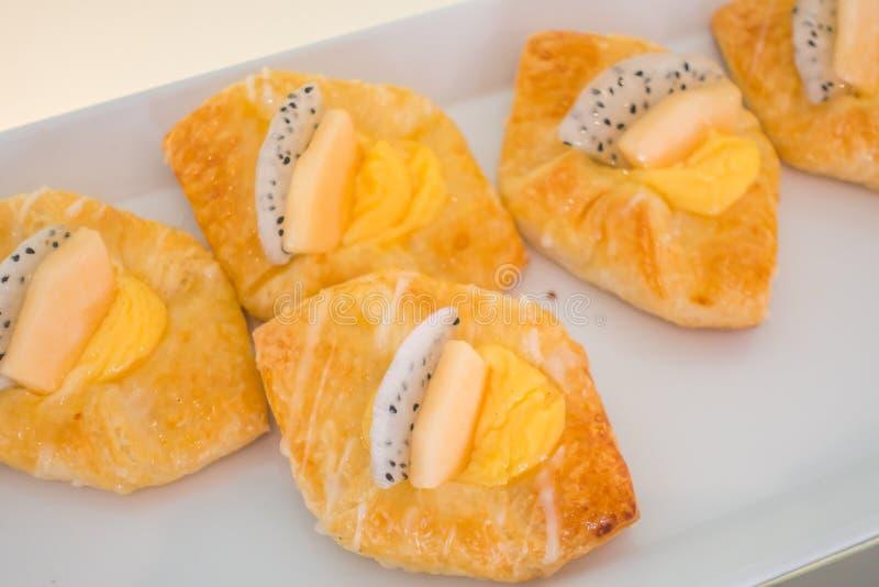 Сортированный плодоовощ испечет на таблице в шведском столе стоковое изображение rf