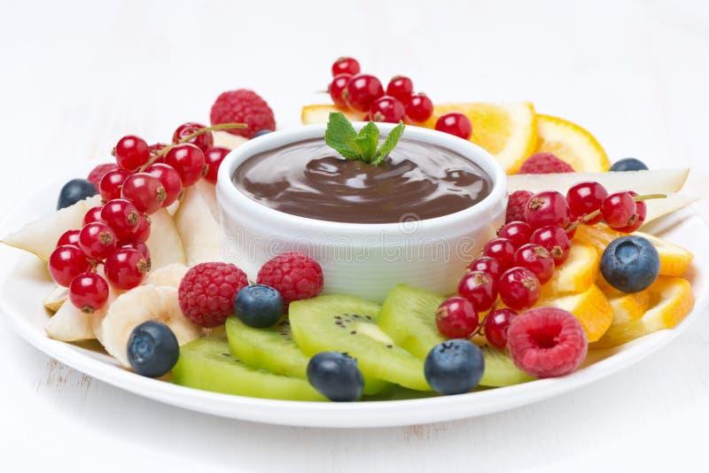 Download сортированный плодоовощ с соусом шоколада на плите, концом-вверх Стоковое Фото - изображение насчитывающей естественно, здорово: 40590540